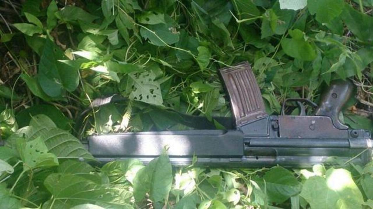 Este fusil fue incautado por la Policía ayer en el cantón El Maniadero, en Zacatecoluca, a un supuesto pandillero de la 18. Foto EDH / Cortesía PNC.