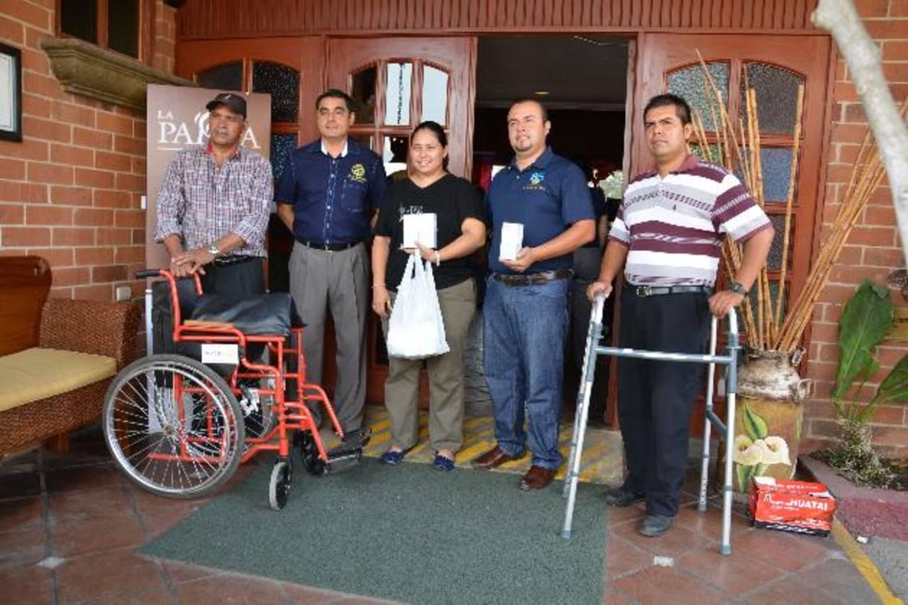 Familiares de los beneficiados recibieron la ayuda por parte de directivos del Club Rotario de Santa Ana. foto EDH / cristian Díaz