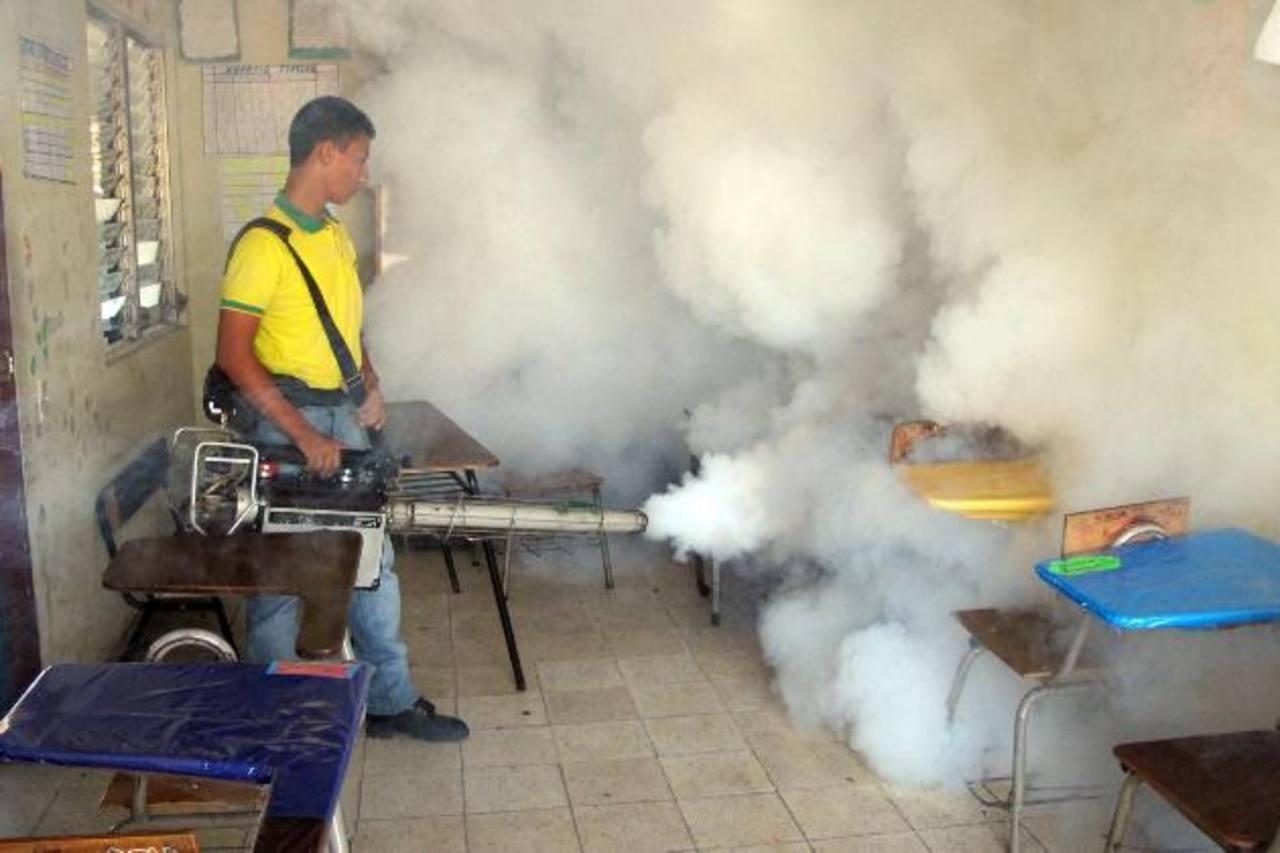 Miembros de Comandos de Salvamento fumigan en el Liceo David J. Guzmán. foto edh / cortesía comandos de salvamento