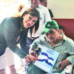 La diputada Ana Vilma de Escobar hizo entrega de los documentos a uno de los beneficiados. foto edh / Cortesía