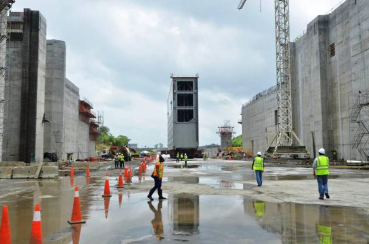 La primera de las compuertas fue colocada ayer en la ampliación del Canal. Foto edh / efe