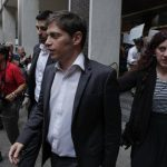 El ministro de Economía de Argentina, Axel Kicillof, sale de la oficina del mediador judicial Daniel Pollack.