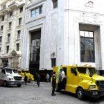 Vista de camiones blindados de seguridad frente a la sede de un banco en Buenos Aires. Bancos locales están interesados en comprar la deuda a los bonistas inconformes, mientras bancos internacionales permanecen a la expectativa.