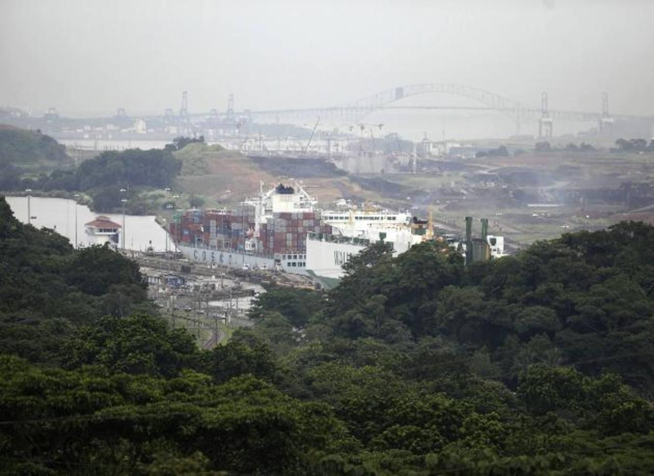 Un barco carguero atraviesa las esclusas de Pedro Miguel en el Canal de Panamá, que este viernes 15 cumple 100 años.