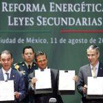 El presidente de México, Enrique Peña Nieto, junto al presidente del Senado, Raúl Cervantes (izq.), y el presidente de la Cámara de Diputados, José González, sostienen una versión impresa de la reforma energética, ayer en el Palacio Nacional. —