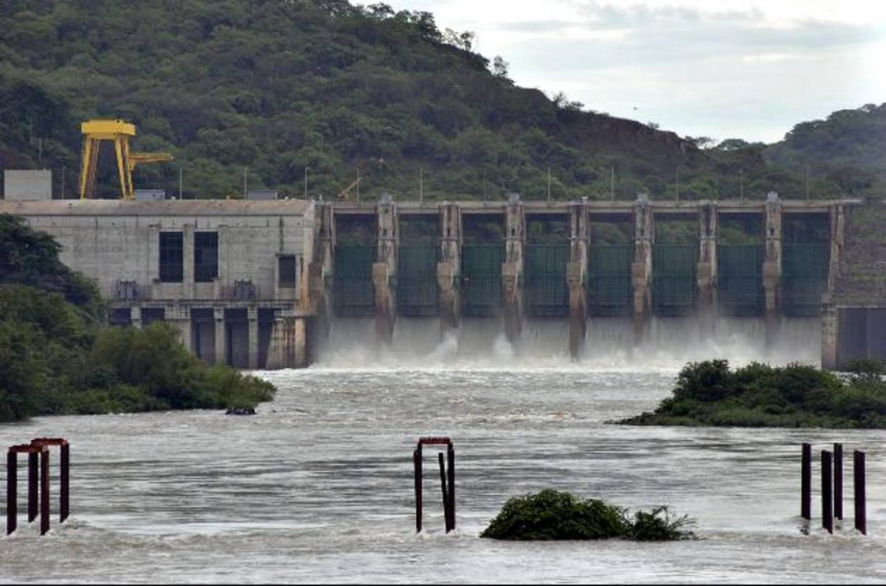 La matriz de energía del país depende en casi 50 % del petróleo y sólo el 31 % es de origen hidroeléctrico, según el Consejo Nacional de Energía. ARCHIVO EDH.