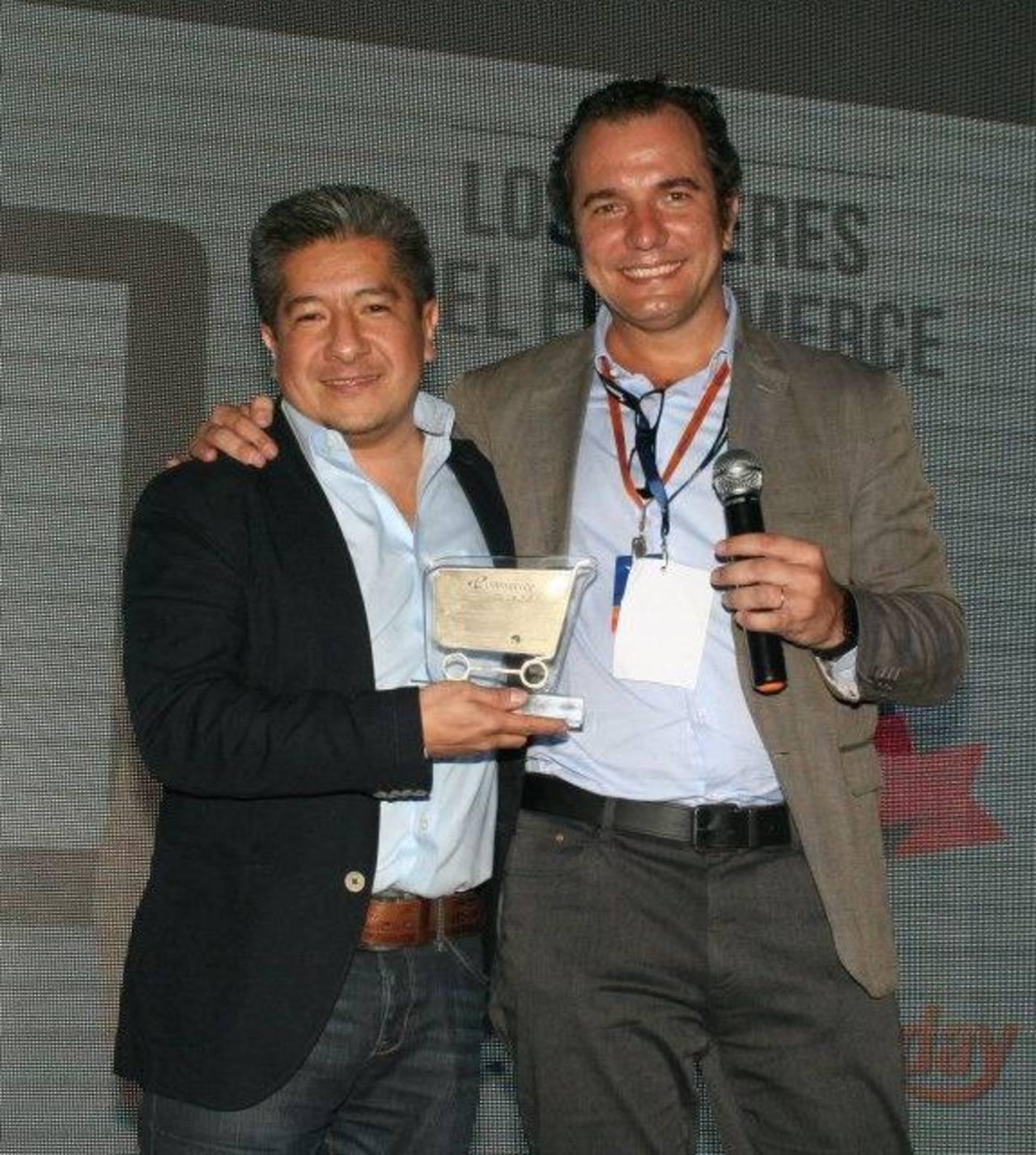 Julio César Munive, Director E-Commerce Avianca (izq) y Marcos Pueyrredon, Presidente del Instituto Latinoamericano de Comercio Electrónico (ILCE), en la ceremonia de reconocimientos.