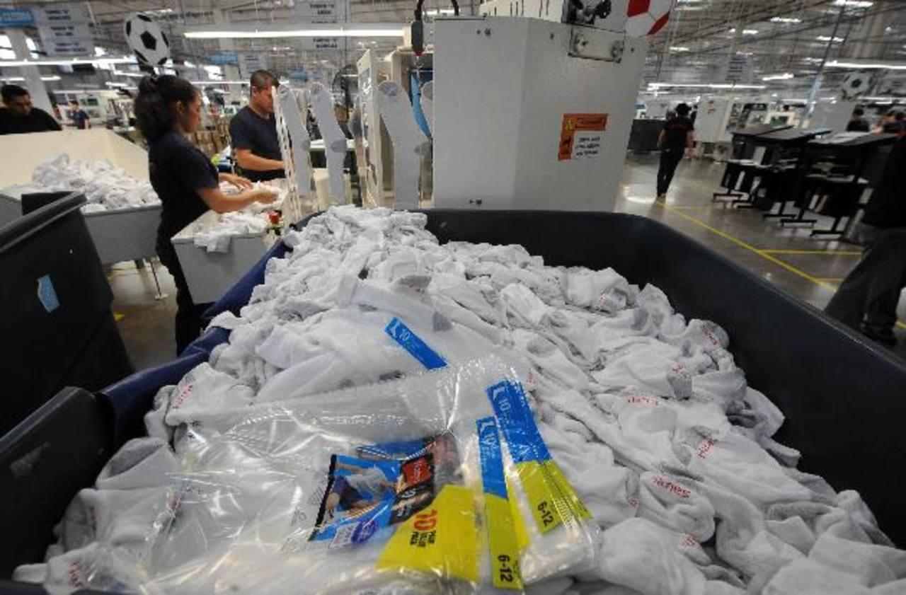 En El Salvador la compañía cuenta con seis plantas de producción en las que manufactura camisetas, ropa deportiva, medias, sostenes y calcetines.