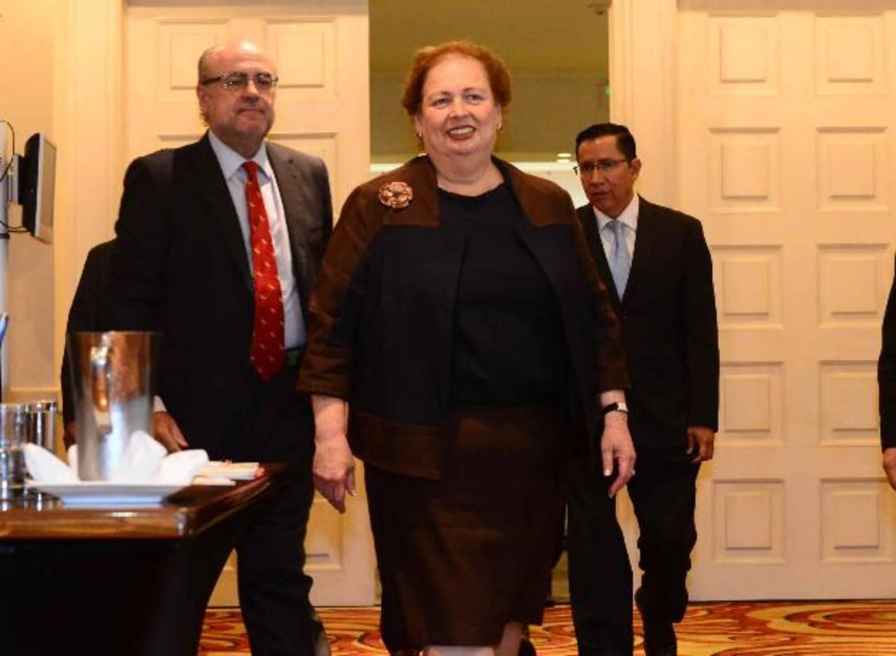 La Embajadora Mari Carmen Aponte junto al ministro del MOP, Gerson Martínez, participaron de un foro sobre la profesionalización del Servicio Civil. Foto EDH /eRICKA cHÁVEZ