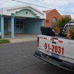 Ayer, una patrulla policial equipo 01-2031, cuya sede es San Salvador, permaneció frente a las casas del juez Jorge González. Al parecer había participado en la detención del juzgador acusado de recibir sobornos. Foto EDH