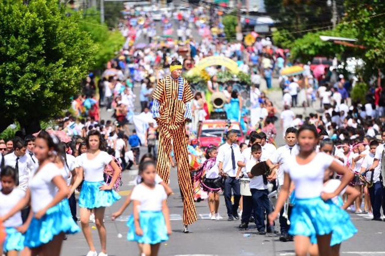 A pesar de los desacuerdos, el desfile deCorreo se realizó en orden y alegría. Los habitantes no notaron las diferencias de las autoridades edilicias. fotos edh / Omar carbonero