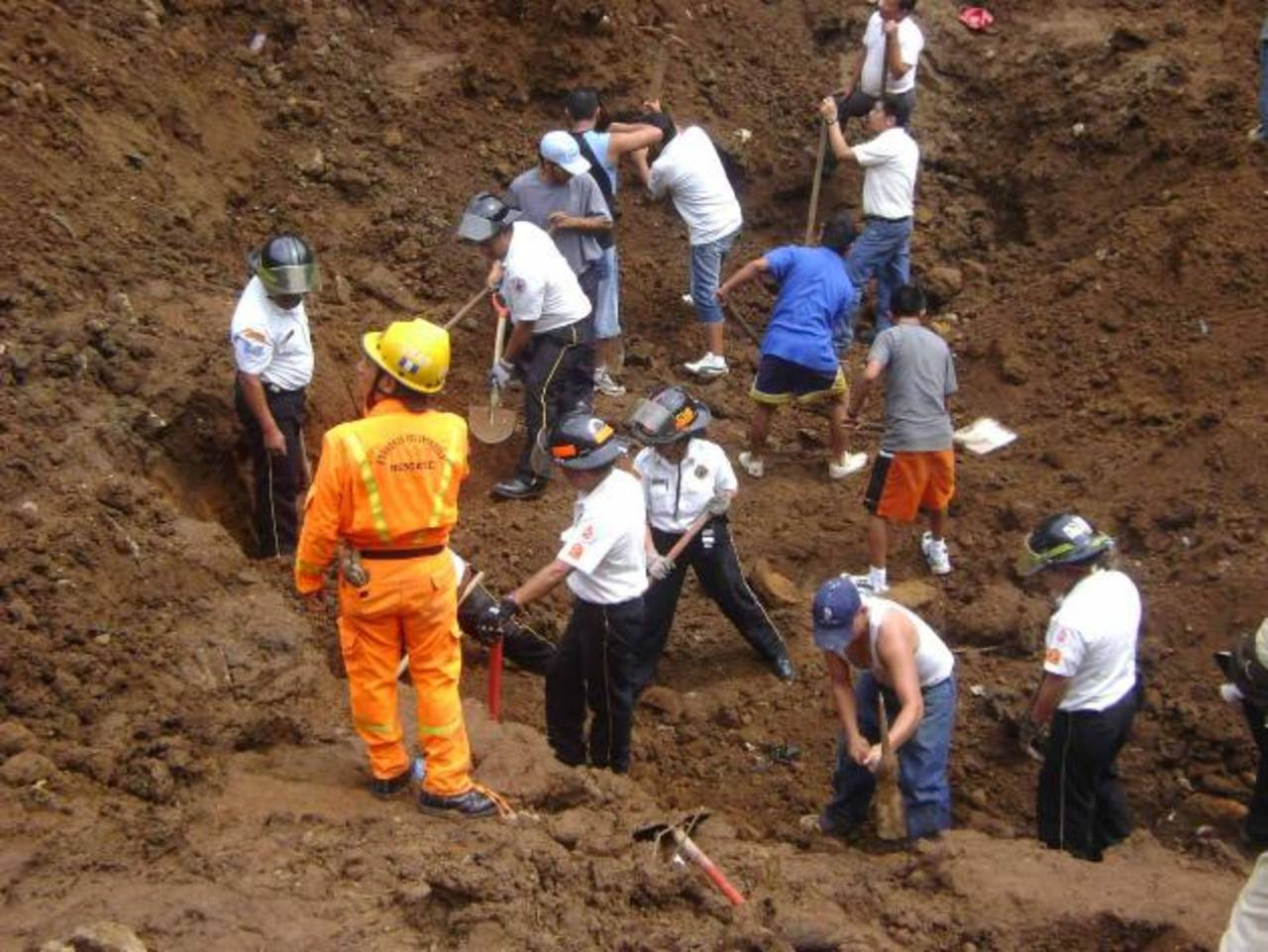 Obreros mueren soterrados por derrumbe en Guatemala