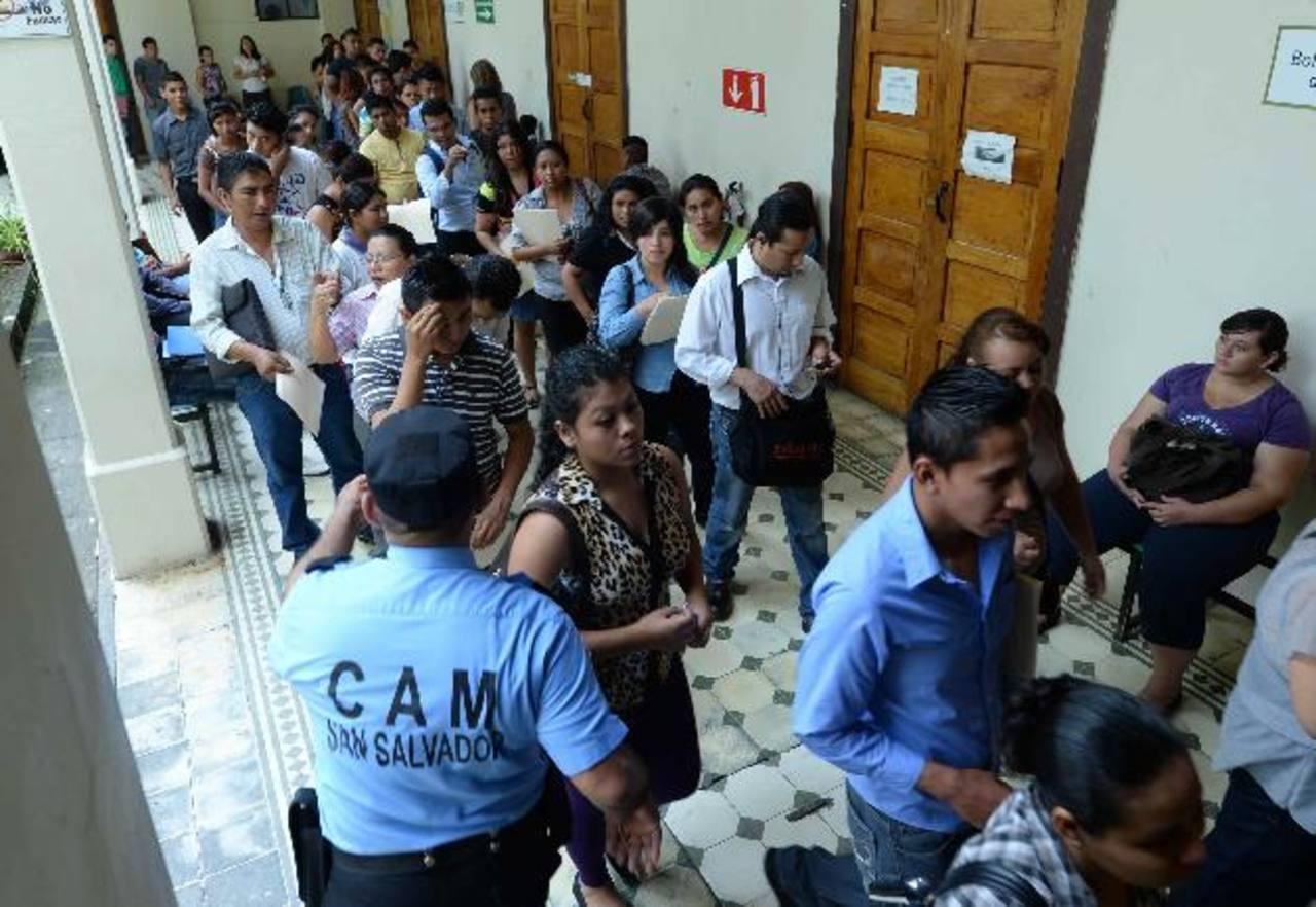 Decenas de personas llegaron a la Alcaldía de San Salvador a la Feria de Empleo de Súper Selectos. Foto EDH/Marvin Recinos