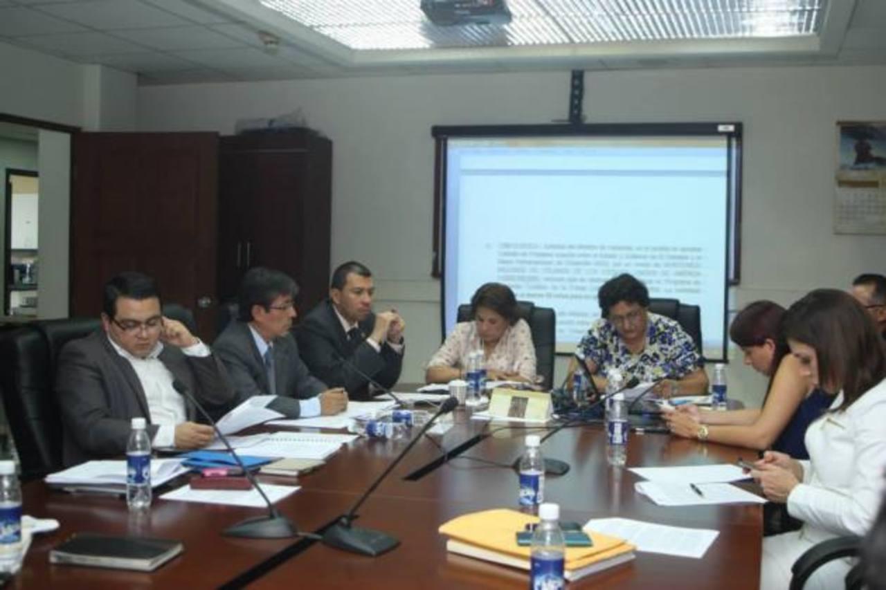 En la comisión de Hacienda se estudiaron cinco préstamos para diferentes programas sociales que serían analizados hoy, durante el pleno. foto edh / cortesía.
