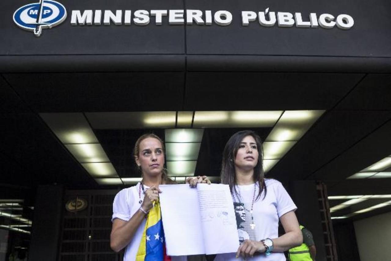 La esposa del líder opositor Leopoldo López, Lilian Tintori (i), y la esposa del exalcalde de San Cristóbal Daniel Ceballos, Patricia Gutiérrez (d). foto edh / efe