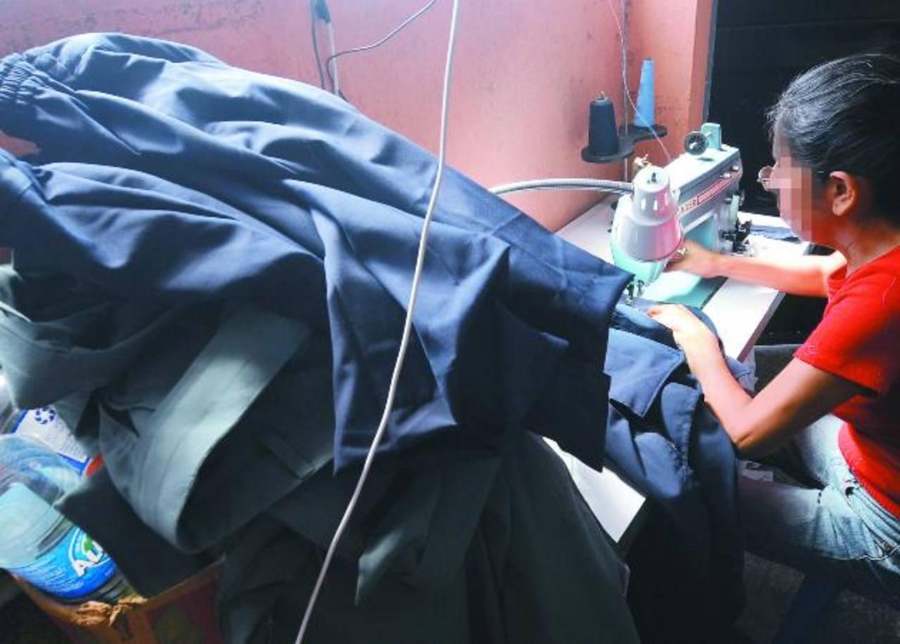 El retraso en el pago de los uniformes por parte del gobierno ha sido mayor este año, según comentaron los sastres, que por ahora son los que subsidian al Gobierno. foto edh / Archivo