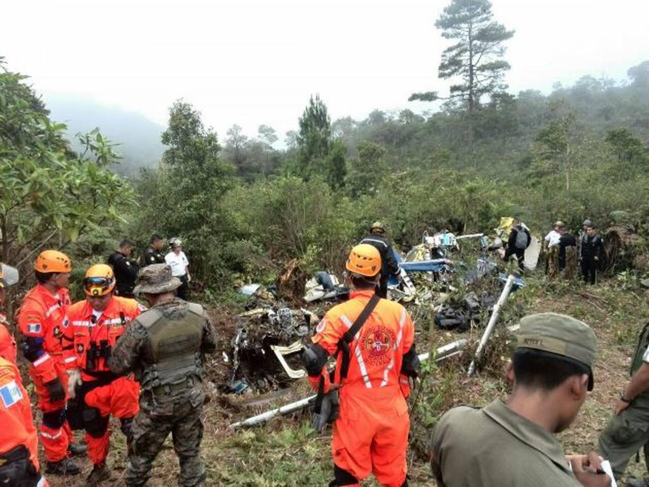 Una brigada de rescatistas especializados y elementos del ejército lograron llegar ayer tarde a la zona de la tragedia. foto edh / ap