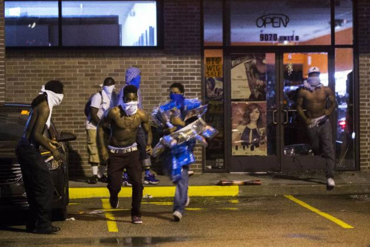 Individuos con rostros cubiertos saquearon ayer en la madrugada la tienda en la que, supuestamente, robó Brown. edh / ReutersVídeo divulgado por la Policía en la que, presuntamente, Brown asalta una tienda en Ferguson. foto edh / Reuters