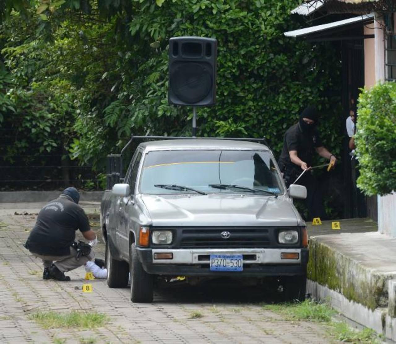 Investigadores recogen evidencias del sitio donde ayer asesinaron a Ulises Oswaldo Mejía, de 37 años, mientras predicaba junto a un pastor evangélico. Foto EDH / DOUGLAS URQUILLA.