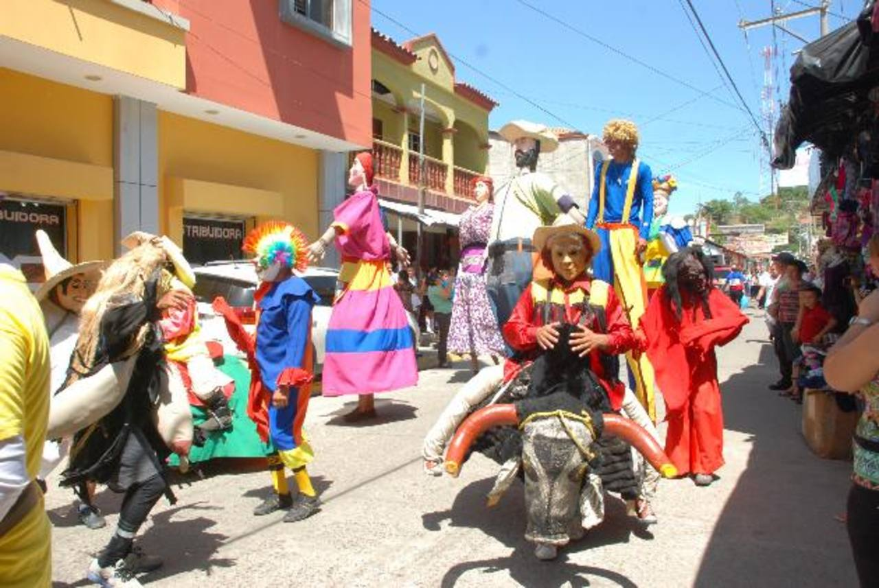 Los personajes tradicionales no faltaron en el comienzo de las fiestas. fotos edh / insy mendoza