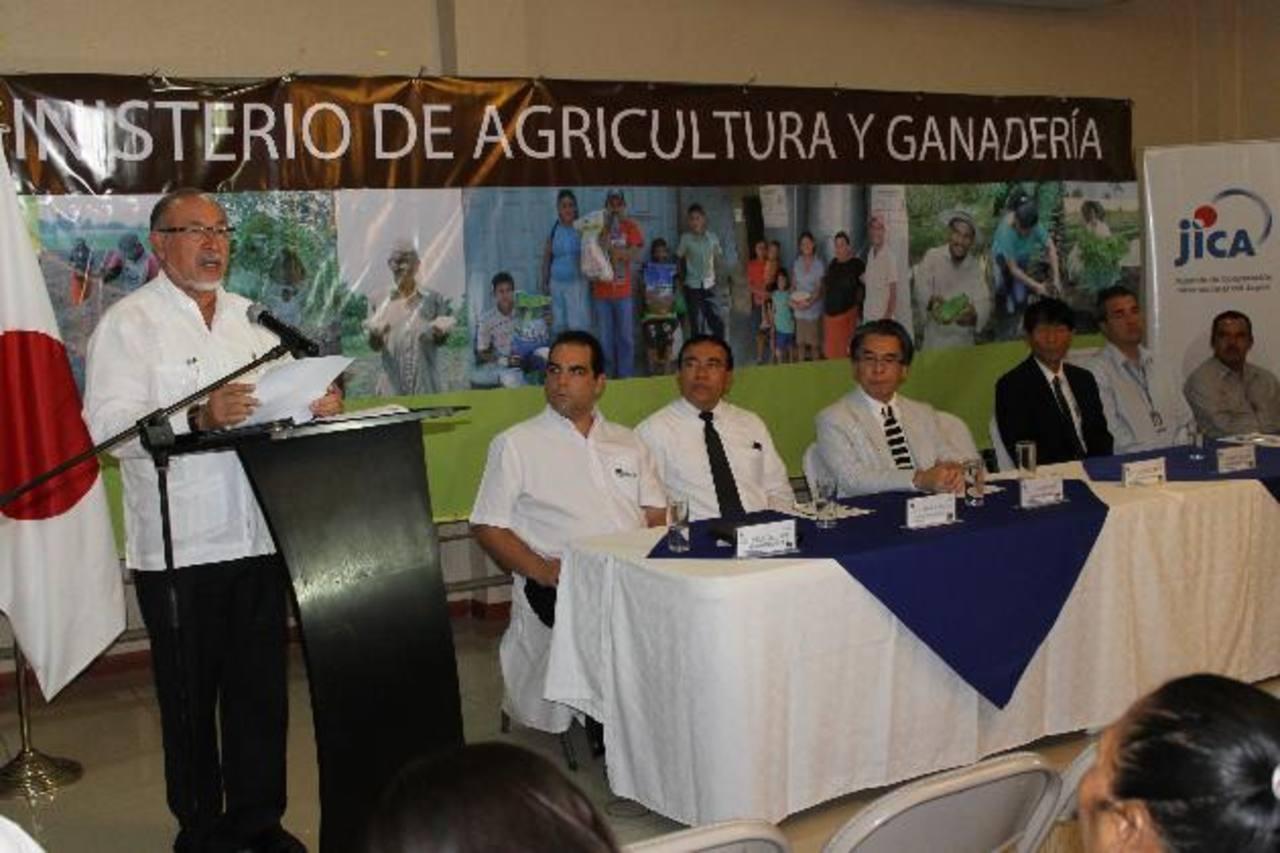 El ministro de Agricultura, representantes de Súper Selectos y del JICA. Foto EDH/ cortesía