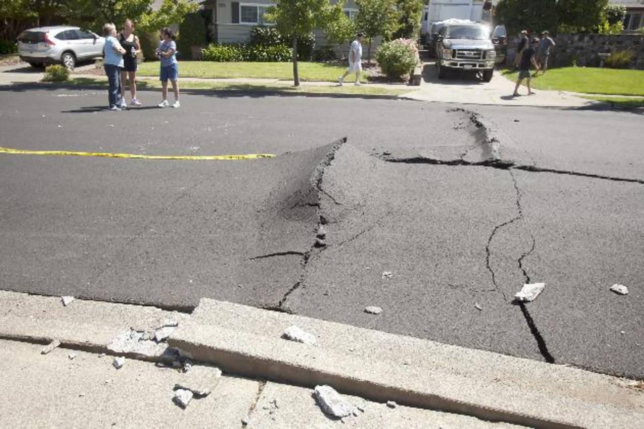 Vecinos se reúnen en una de las calles tras el sismo de 6.1 grados que sacudió la Bahía de San Francisco. foto edh / efe