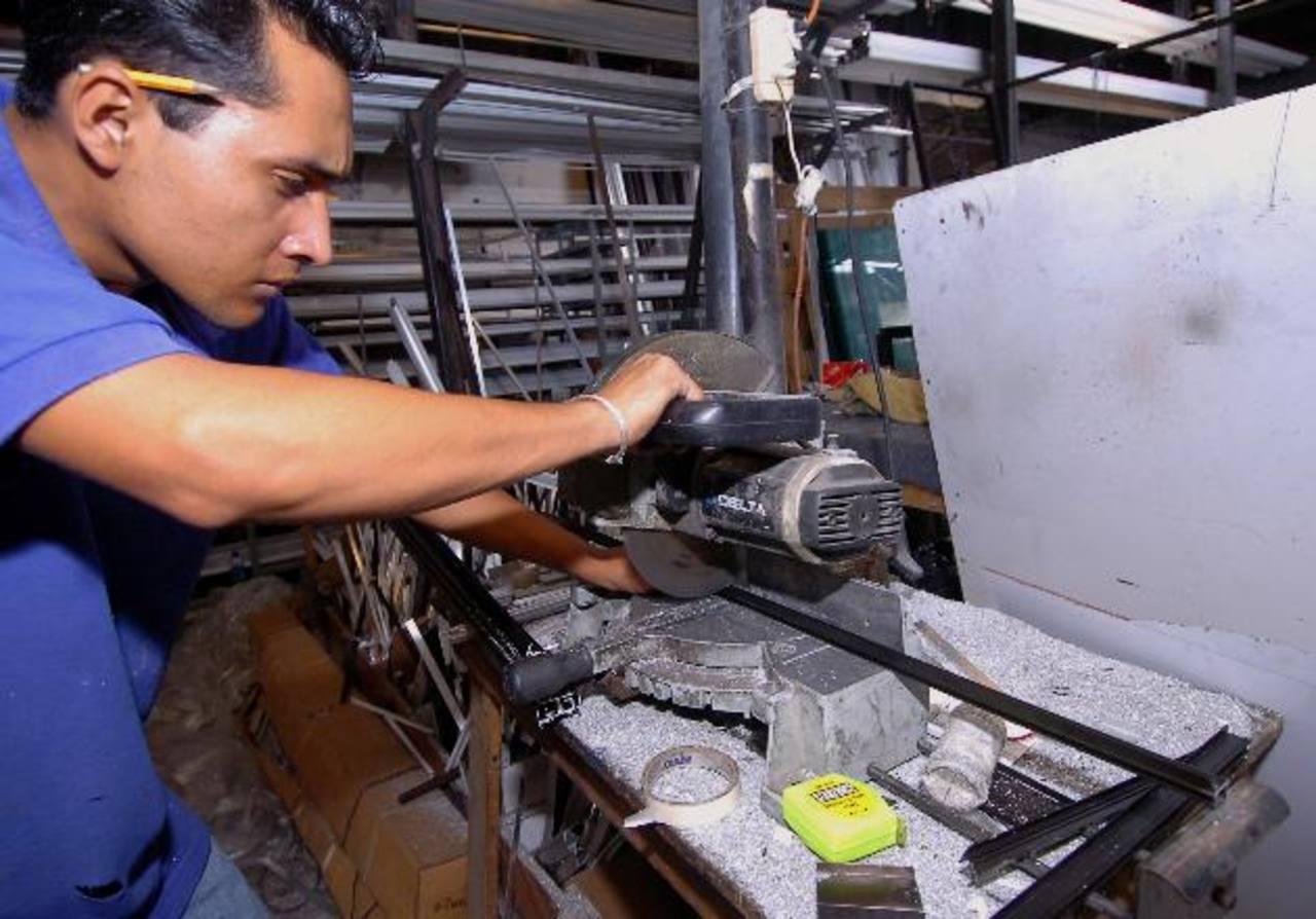 El Banco de América Central apoya el desarrollo competitivo de las pequeñas y medianas empresas a través de la asesoría que imparten altos ejecutivos. Foto EDH / Archivo