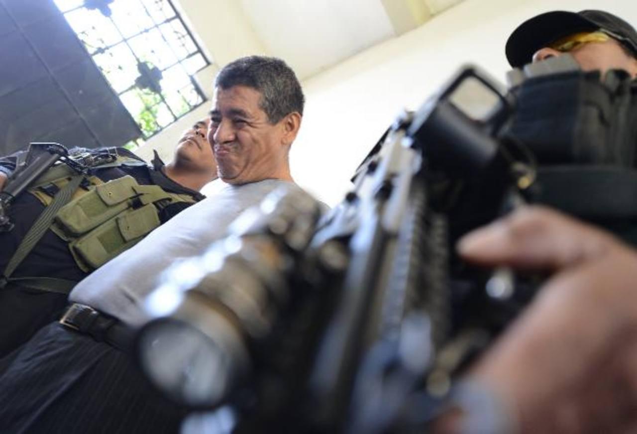 Eduardo Amílcar Larín, de 53 años, custodiado por dos policías al ser llevado al cuartel central de la PNC. Foto EDH / mauricio Cáceres