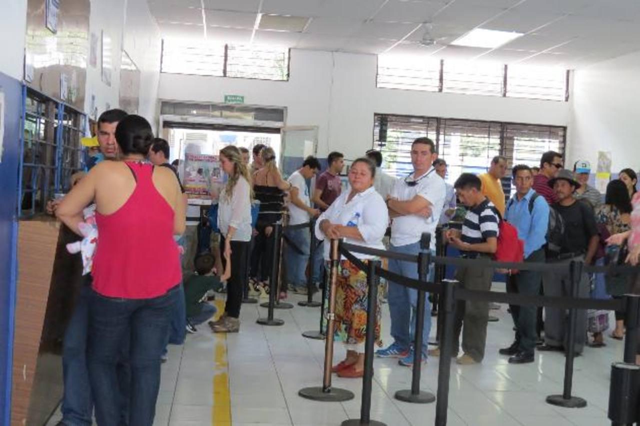 Los usuarios se quejaron del tiempo que debieron de esperar para salir de El Salvador hacia Guatemala. Foto EDH / ROBERTO ZAMBRANO