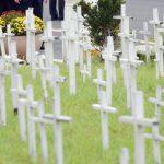 """Francisco reza en el """"cementerio de bebés abortados"""" en Kkottongnae, al sur de Séul en Corea del Sur. foto edh / EFE"""