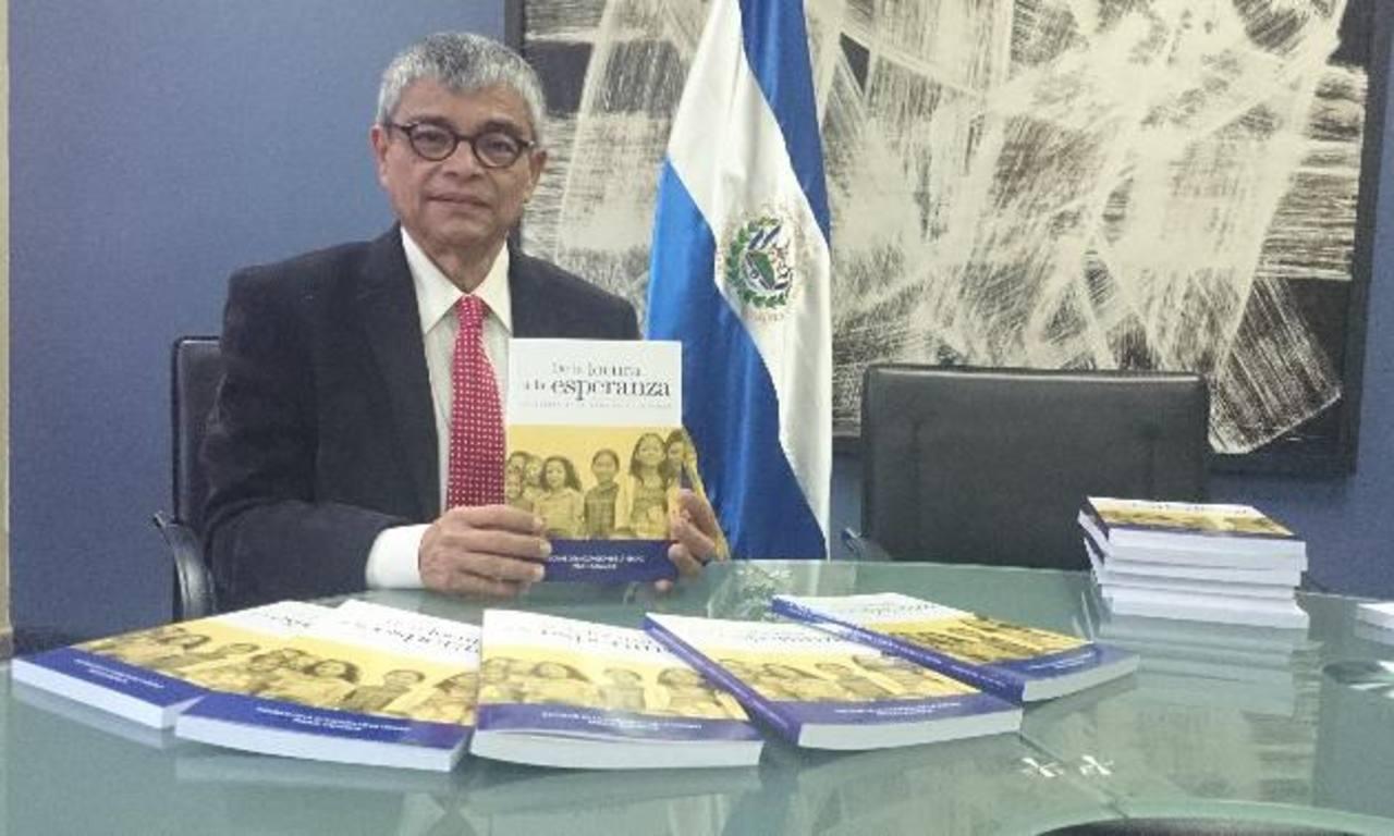Ramón Rivas, Secretario de Cultura, muestra la publicación. Foto EDH / Diandra Mejía