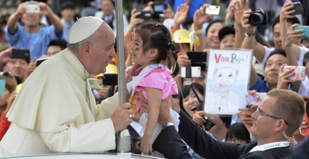 El Papa Francisco besa a una niña a su llegada a la misa de clausura de la VI Jornada Mundial de la Juventud Asiática, en Seúl. foto edh / ap