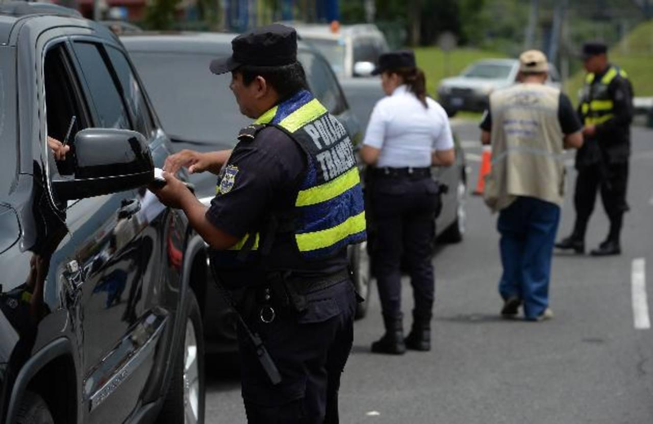 Las autoridades han incrementado los controles en carreteras para reducir los accidentes de tránsito. Foto EDH /archivo