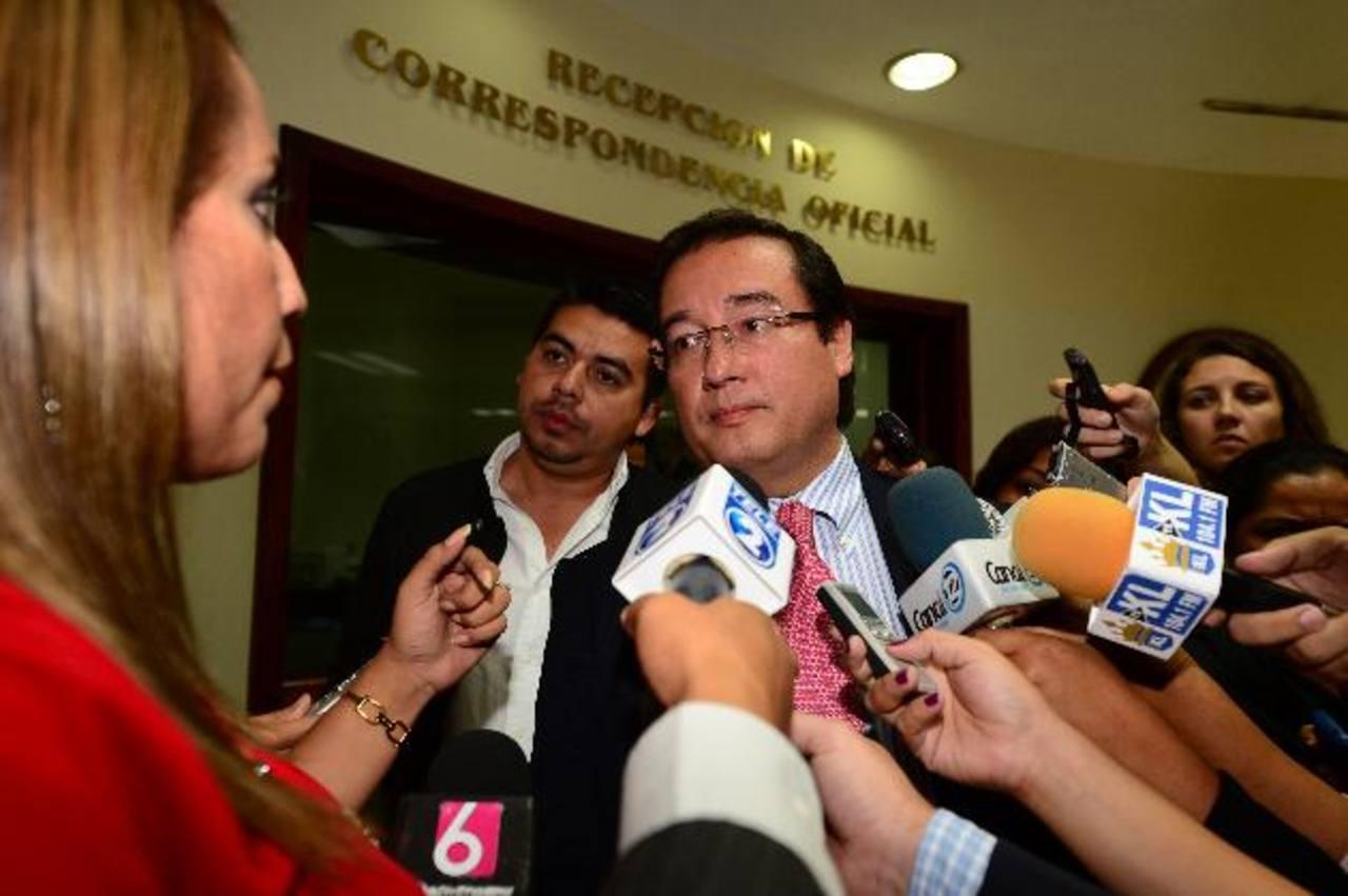 El Fiscal General, Luis Martínez, presentó ayer una solicitud a la Asamblea Legislativa para que desafueren a un diputado suplente del PCN y a uno propietario de GANA. Foto EDH / Jorge Reyes
