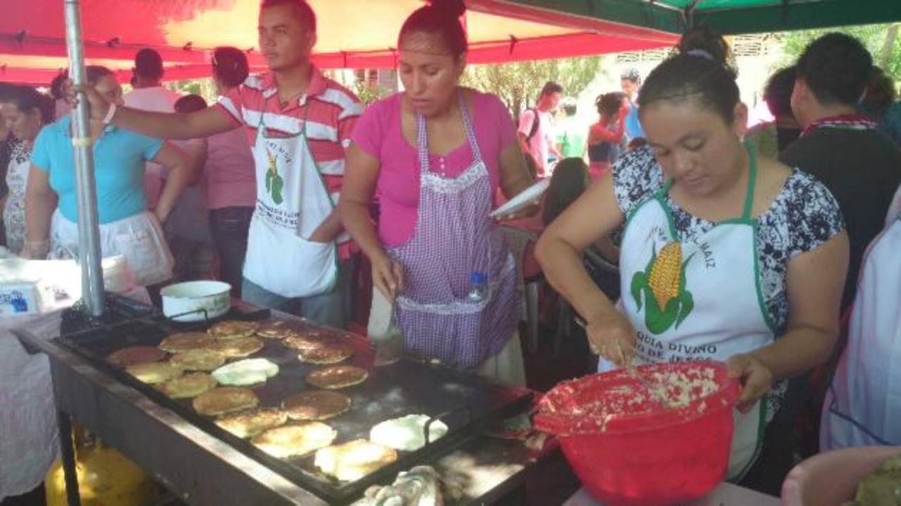 Al evento, con platillos a base de maíz asistió una gran cantidad de turistas de todo el país. Foto EDH / Lucinda Quintanilla