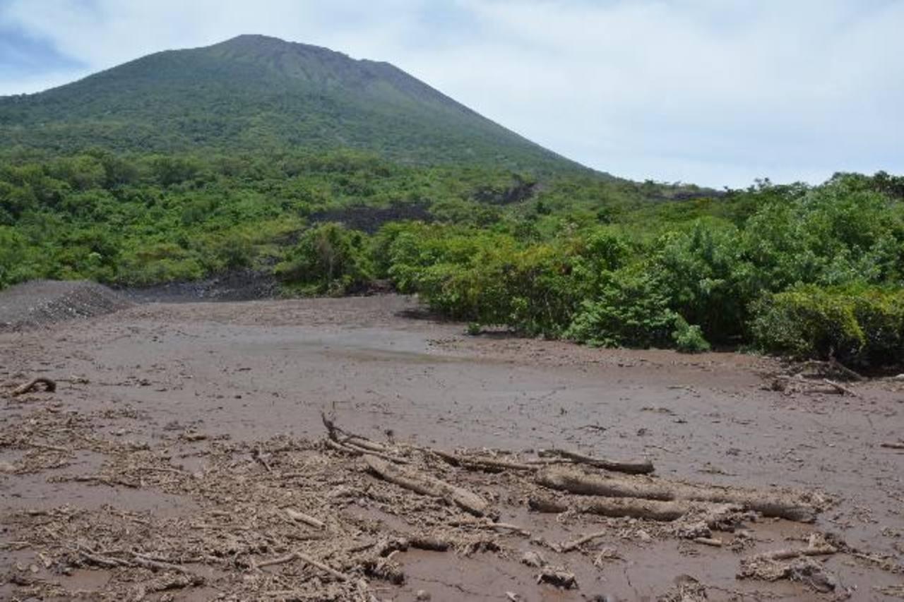 Las autoridades indican que las lluvias y la vulnerabilidad en el volcán seguirán produciendo nuevos cauces, por lo que dicen harán nuevas obras de mitigación. foto edh / Carlos Segovia