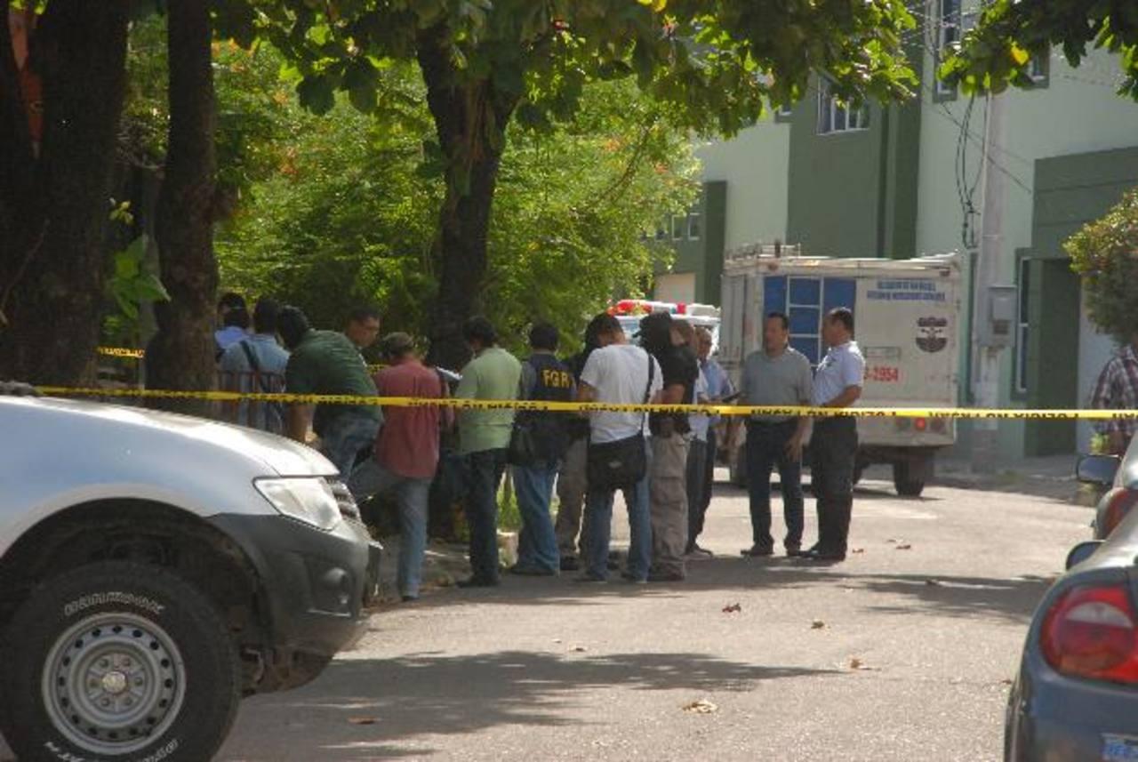 Aproximadamente 50 personas, entre policías y fiscales, participaron ayer en la inspección de la casa donde fue hallado asesinado un funcionario judicial y su esposa. Foto EDH / Insy Mendoza.
