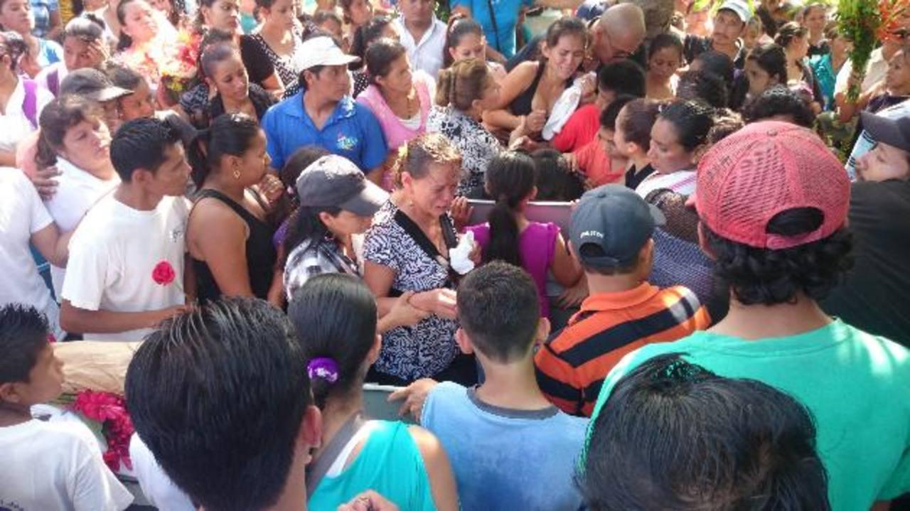 Decenas de personas hicieron una columna para poder ver, por última vez, a los hermanos Romero. Foto EDH / Jorge Beltrán Luna.
