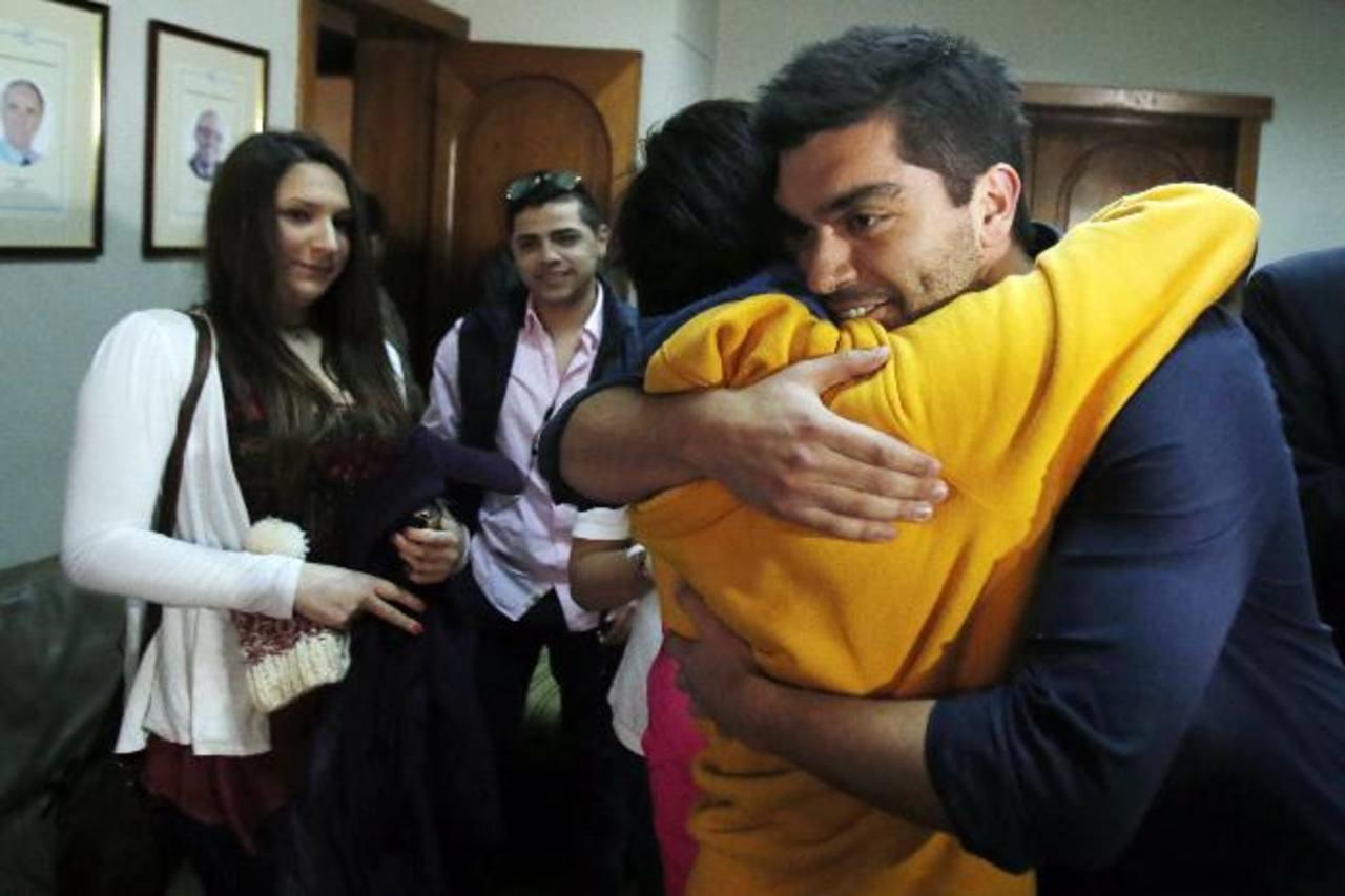 Felipe Cuevas abraza a un conocido ayer durante una rueda de prensa, tras su regreso a Santiago (Chile). Foto edh / EFE