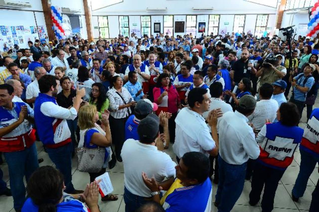 Cinco mil 600 electores, que integran las estructuras del partido, acudieron ayer a las urnas, según estimó Jorge Velado, presidente del Coena, al cierre de la elección. Foto edh / pomar carbonero