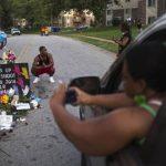 Mujer toma fotografía de como son recordadas las víctimas de los desordenes
