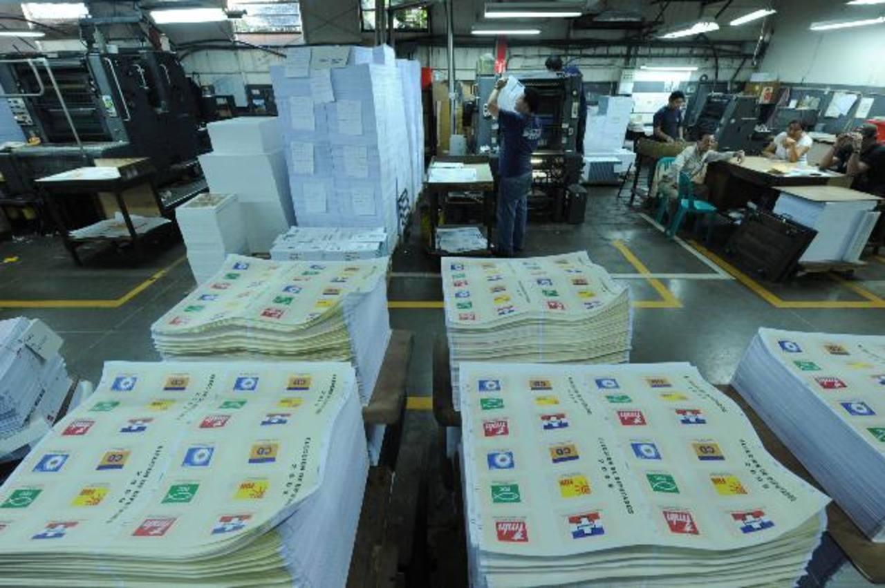 Las autoridades del TSE aún no han convocado a las imprentas interesadas en hacerse del contrato millonario para imprimir las papeletas de votación. foto edh / archivo.