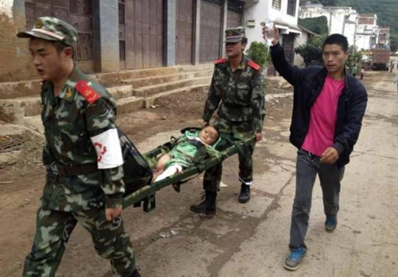 Al menos 150 muertos y mil 300 heridos por terremoto en China