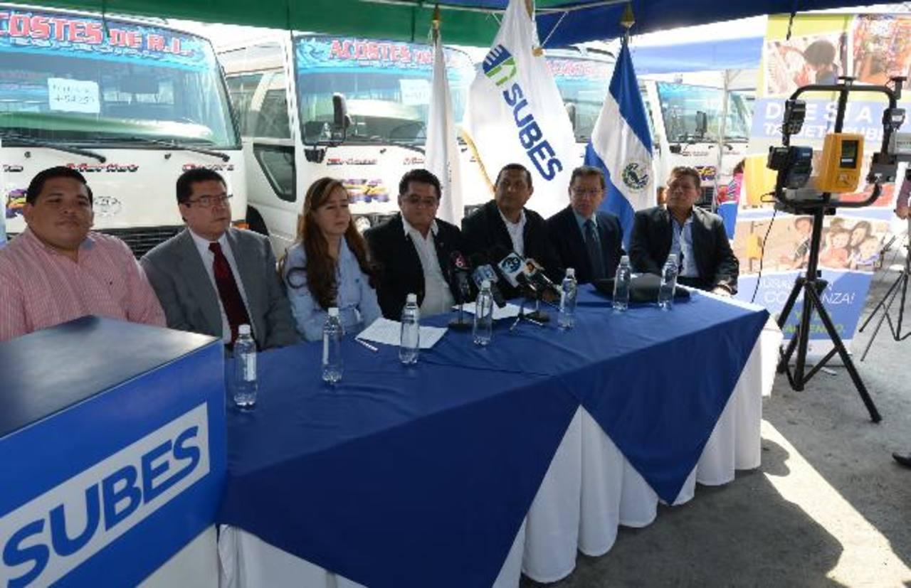 Transportistas y Subes anunciaron una alianza para motivar a los usuarios a utilizar la tarjeta prepago, en ese caso, con la ruta 42 microbús; participaron directivos de Sipago.