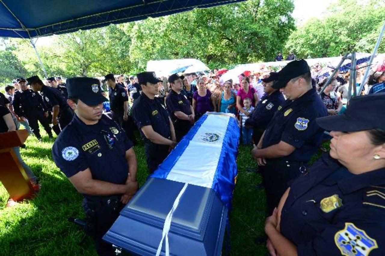 Con la presencia de familiares, vecinos y compañeros despidieron ayer al cabo Ricardo Hernández. Foto EDH / Jorge Reyes