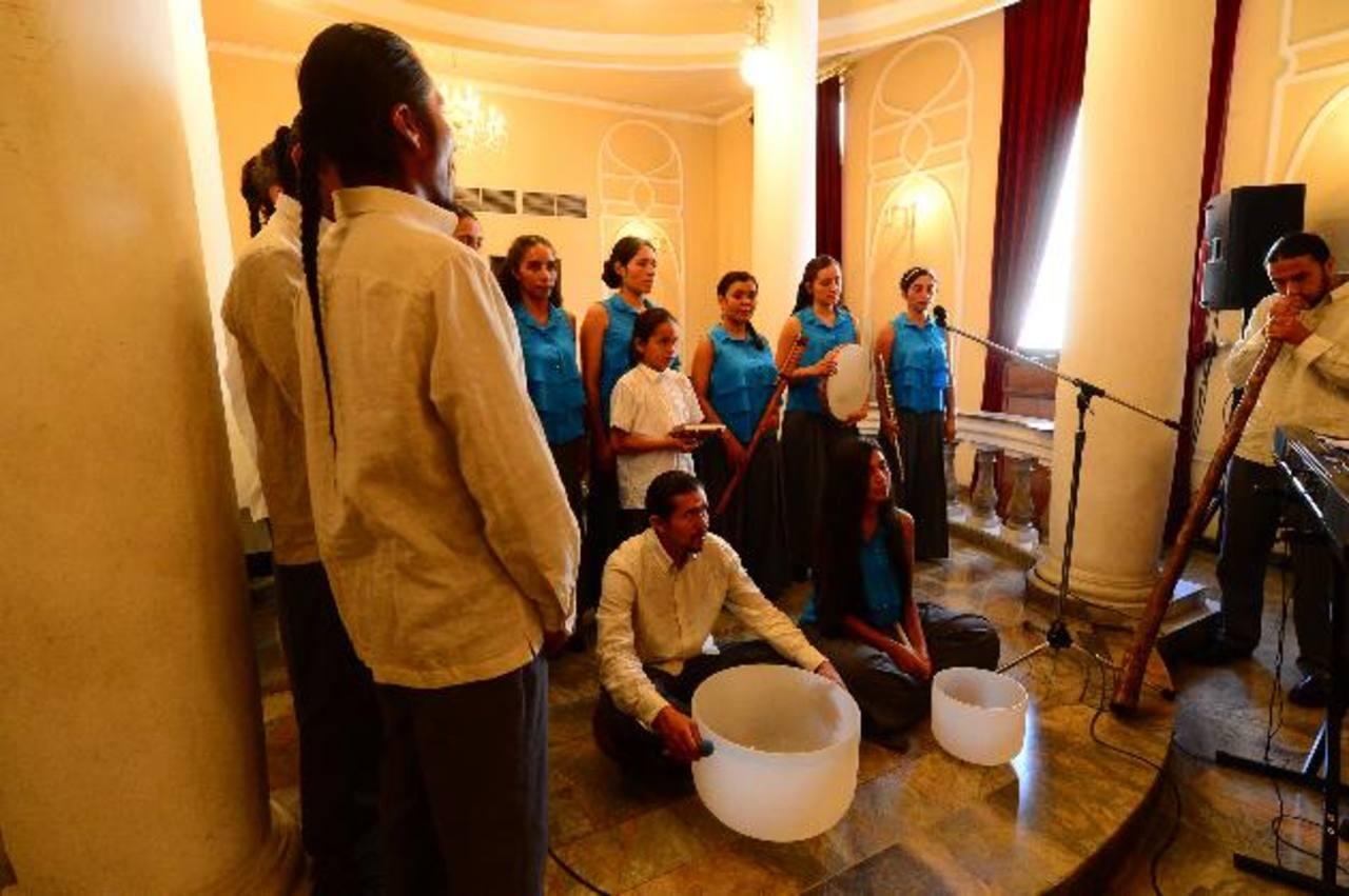 Coro colombiano en su presentación mantroterapéutica. fotos edh / omar carboneroParte del público que recibió música para fortalecer el alma.