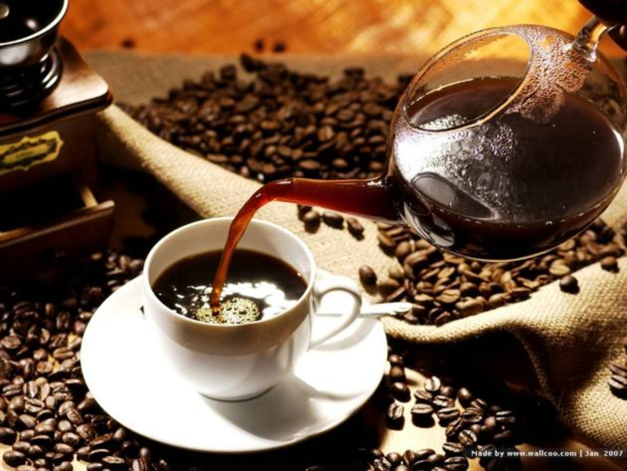 Está demostrado que tomar una taza de café mejora el control de velocidad y los movimientos del coche. FOTO EDH / EFE.