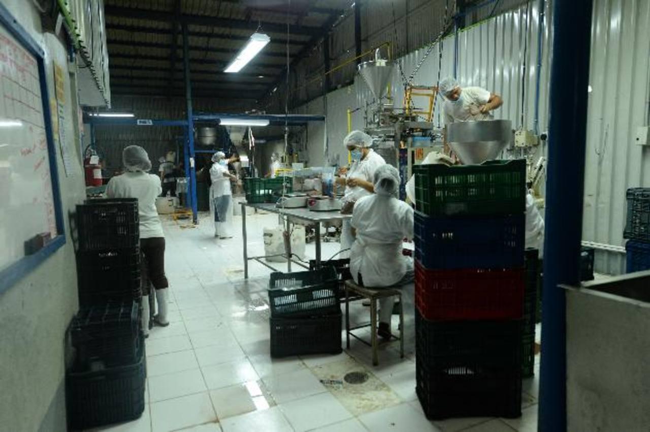 La escasez del grano rojo ha hecho que la empresa Dilosa incluso paralice su producción. Foto EDH / Lissette Monterrosa