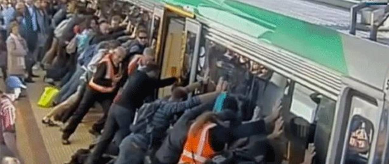 Video: Decenas de pasajeros de tren en Australia rescatan a hombre atrapado