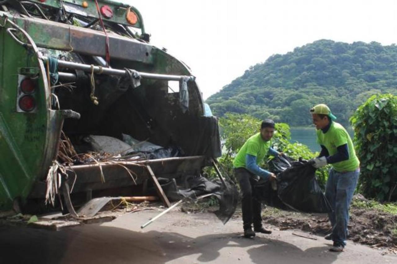 Los habitantes que residen en los alrededores del lago colaboraron en la recolección de la basura.